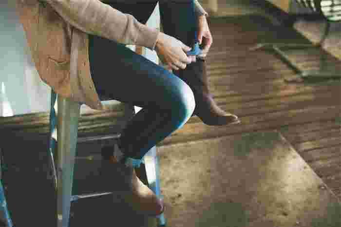 ジーンズの裾をロールアップして履いている方も多いと思いますが、折り畳んだ部分の隙間には、埃や細かなゴミなどが入りやすいですよね。洗濯機に入れる前に裾はまっすぐ伸ばして、埃を軽く落としておきます。