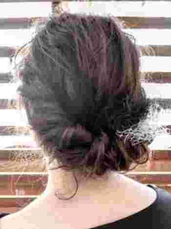 ギブソンタックなら、毛先をしまい込めるので、伸ばしかけヘアでも可愛くまとまります。