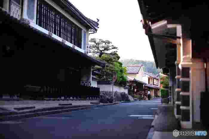 内子(うちこ)町は、愛媛県の南西部にある町。松山市から40kmほど、JR松山駅から内子駅まで特急電車なら約25分で到着します。かつて木蝋(もくろう)の生産を中心に栄え、江戸後期から明治時代に財を成した商家が当時のまま軒を連ねる、風情あふれる町です。町のあちこちで出会うノスタルジックな風景は、そぞろ歩くうちにタイムスリップしたかのような気分にさせてくれます。