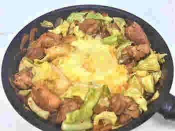 ダッカルビの素も市販されていますが、なかなか見つからないことも。そんな時に便利なのが、キムチ鍋の素を使ったこちらのレシピです。コチュジャンを普段使わない家庭でも、気軽に試すことができますよ。