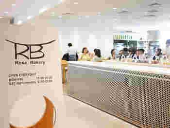 銀座ショッピングの合間に立ち寄るなら、「ローズベーカリー銀座」がおすすめ。ギンザコマツ西館の7Fにある開放的なお店は、女性を中心にいつも多くのお客さんでにぎわっています。