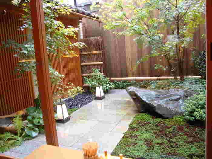 """(※""""町家造り""""は、京都の職住一体型の住居形式。""""京町家""""なら住居、""""京町屋""""なら店舗とみなされることが多いとされています。町屋のリノベーションは、外観だけ保存する場合と、外観も内部も保存する場合があります。今記事では区別せずに紹介しています。)  【画像は、風情あふれる「岡北」の坪庭】"""