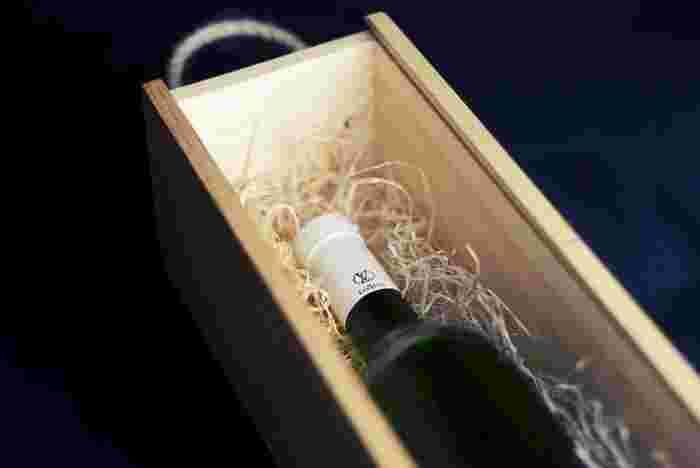 そんな手土産に選びたいワインやシャンパンですが、箱に入っているとかしこまりすぎていたり相手に気を遣わせることも。そこで取り入れたいのが「ボトルラッピング」です。
