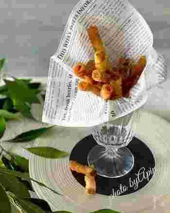 シュリンプペーストは、オキアミやエビに塩を加えて発酵させた、東南アジアの調味料。炒め物やスープなどによく使われます。こちらは、このシュリンプペーストをワンタン皮に塗ってくるりと丸め、さっと揚げたおつまみ。なんともいえない味わい深さでくせになります。