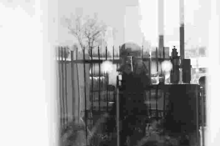 スマホでも簡単に撮れるモノクロ写真。カラーで撮影したあと、モノクロに加工することもできます。デジカメで撮影する際は、モノクロモードで撮影すると、光の存在感や明暗のグラデーションがより印象的に仕上がります。光と影、被写体の輪郭が際立つモノクロ写真は、スタイリッシュなお部屋におすすめです。