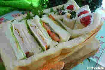 普通のサンドイッチだけでなく、具材を包むようにくるっと巻いたロールサンドを詰めるのもいいですね。立体感を出して、ちょっとしたサプライズを演出して。