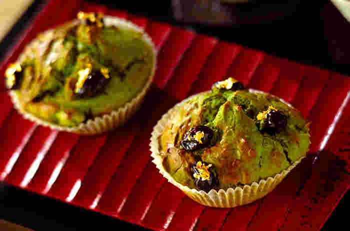 抹茶生地にクリームチーズを混ぜ、黒豆の甘煮を散らした和洋折衷なマフィンレシピ。あれば仕上げに金箔を飾ることで、お祝いの席にもぴったりのお正月らしいお菓子になります。ラッピングして手土産にしても喜ばれそうですね。