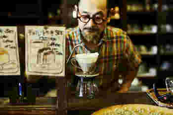 ■可否庵/コーヒーアン( @coffeean1980 ) みわこさんのお父さんが1980年にオープンして以来、地元の方々に長く愛されている珈琲専門店。現役の黒電話や古道具が並ぶ時が止まったかのような店内で、美味しいコーヒーやランチがいただけます。みわこさんのお父さんが守るコーヒーの味を引き継ぐため、めがねくんが焙煎の修行中。