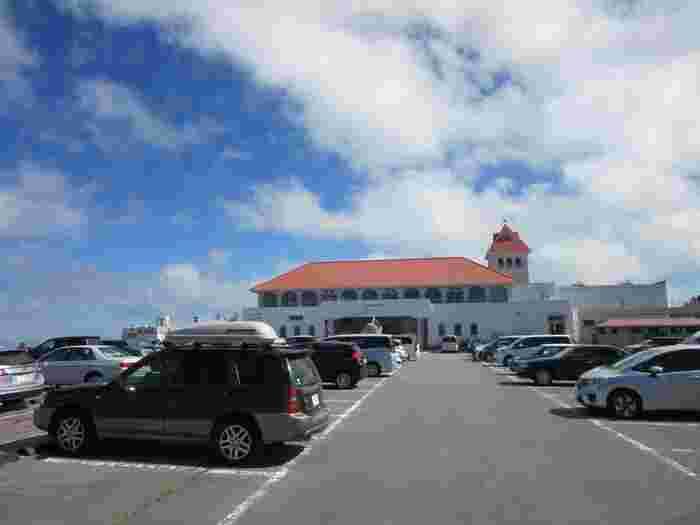 美術館には「道の駅 美ヶ原高原美術館」が併設されており、食事やショッピングのみの利用もOK。ただし屋外展示場には入場券が必要となり、駐車場から直接屋外展示場へは入れません。