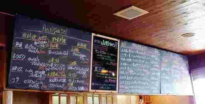 食の宝庫・庄内地方の食材をふんだんに使った、その日のオススメ料理がカウンター上の黒板に書かれています。