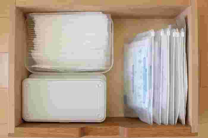 スライダータイプなら開け閉めも簡単な上、引き出しの中に立てて収納できるのでとっても省スペース。元のパッケージのままでは詰め込めない量も余裕で収まります。