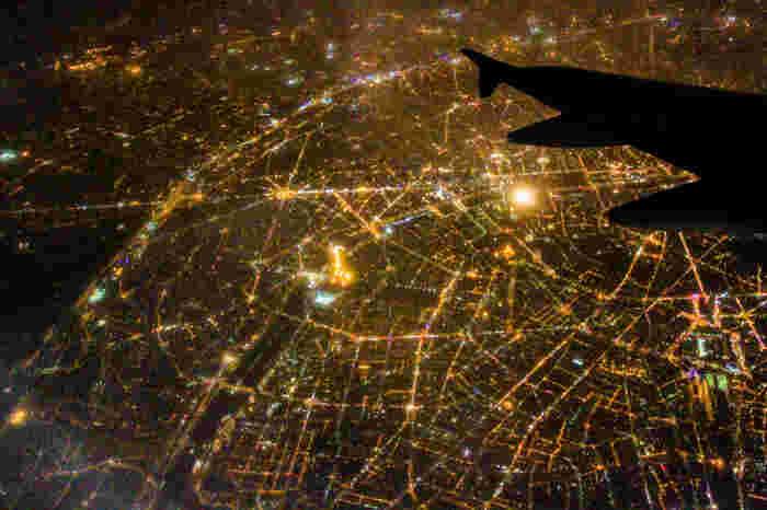 「花の都パリ」とも呼ばれますが、飛行機から見たパリの街は、まるで宝石をちりばめたようにキラキラと輝いていますね。