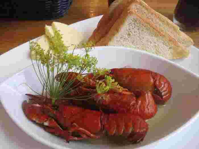 スウェーデンの夏の風物詩ともいわれるザリガニ。  現地では、ディルなどの香草で茹でたものをいただきます。  夏になると各地でザリガニパーティーが開かれるほど、スウェーデン人は夏とザリガニを毎年待ちわびているようです。  夏に訪れる際にシーフードを提供するレストランに行くと必ずザリガニがメニューに乗っているので、日本で食べられないものを食べたい!という方はぜひチャレンジしてみてください。