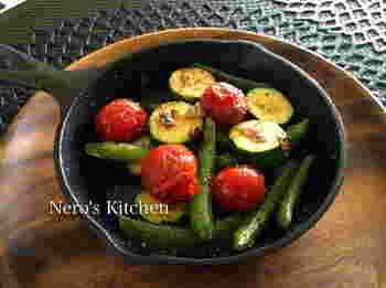 野菜を焼いただけなのに、こんなにおしゃれに決まるのもスキレットの魅力。 アンチョビをプラスするだけで、バルのようなおしゃれな味わいに♪季節によって色々な野菜で楽しみましょう。