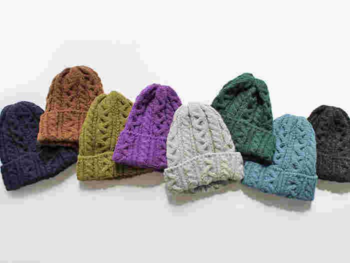 イギリスで創業100年の伝統を持つニットメーカーによる、100%ナチュラル素材のワッチキャップです。アルパカ混素材なので締めつけ感がなく、ふんわり温か。手編み機の風合いが生かされた模様も可愛らしいですね。贈る相手の着ているお洋服を想像して、色を選んでみてはいかが?