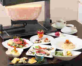 上野駅から徒歩10分の場所にあるチーズ専門店。国内外の15種類のラクレットチーズを日替わりで楽しめます!