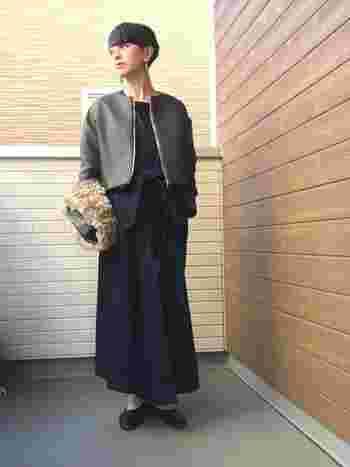 デニムのロングワンピースにカーキのショートジャケットを合わせたスタイル。ノーカラーなので首筋もすっきり、クールな春コーデにイアリングが映えますね。