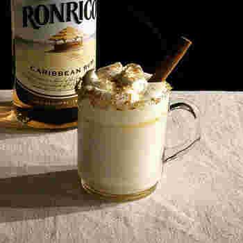 ホットミルクに、ラム酒、バター、砂糖を加えたホットカクテルです。ホイップをトッピングして大人のリッチなホットドリンクに。