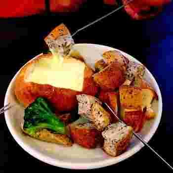 ナチュラル感のあるベーカリーには、ブルーベリージャムがたっぷりと練りこまれた「ブルーベリーブレッド」や、人気のリンゴデニッシュ「リンゴスター」など、焼きたてのパンがずらりと並んでいます。  また、併設されたレストランでもベーカリーのパンを使ったチーズフォンデュなど、クオリティの高いお料理が楽しめます。