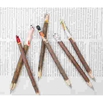 ひとつひとつ手作業で作られた木彫りのボールペン。リス、クマ、フクロウなど、それぞれに愛らしい動物たちが、デスク周りを賑やかにしてくれます。