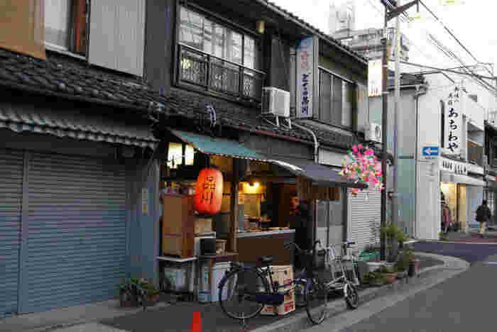 昭和の雰囲気ただよう「どての品川」。大きくない店内はいつも人でいっぱい、混みあってくると外で立ち飲みを楽しむ方も。串カツなどのメニューも人気なのですが、やっぱり注文したいのはどて。