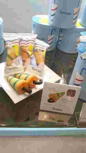 「くるくる傘」は、パラソルをデザインしたさわやかなお菓子。パッションフルーツクリームをサクサクのラングドシャで包み込み、オレンジピールをトッピングしています。
