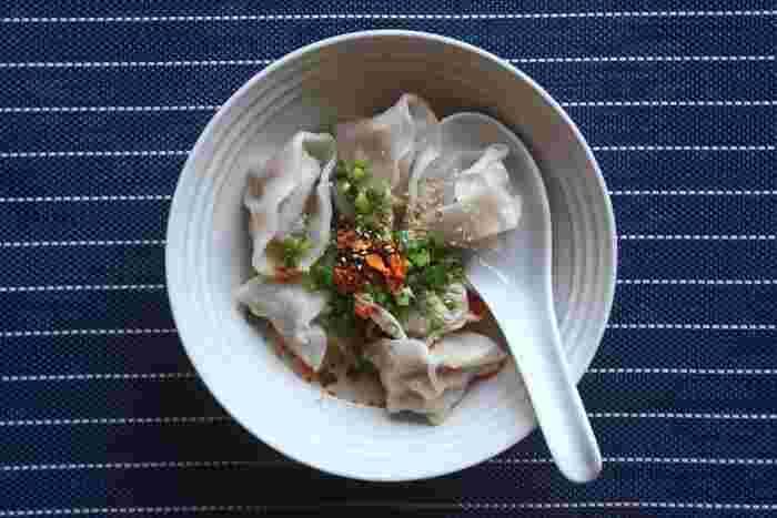 ひき肉料理は、なにもハンバーグだけではありませんね。こちらは、タネに豆腐をつかった水餃子のレシピ。お豆腐をプラスすることで、ちょっとさっぱり&ふんわり仕上がる水餃子です。お豆腐と食べるラー油との相性の良さも誰もが知るところ!熱々のうちにハフハフ言いながら楽しみたいですね。