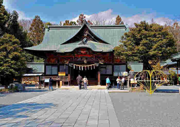 現存する社殿は、天正20年(1592年)に徳川家康公から寄進され、再建されたものがそのまま残っています。江戸時代初期の美しい権現造りは、埼玉県の有形文化財に指定されています。