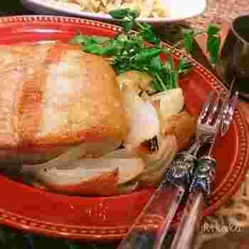 ジューシーでやわらかな塩豚のポットローストに、柿ジャム、バルサミコ、醤油、故障で作る、フルーティーな柿ジャムソースを添えて。秋のおもてなし料理としてチェックしておくと便利かも。