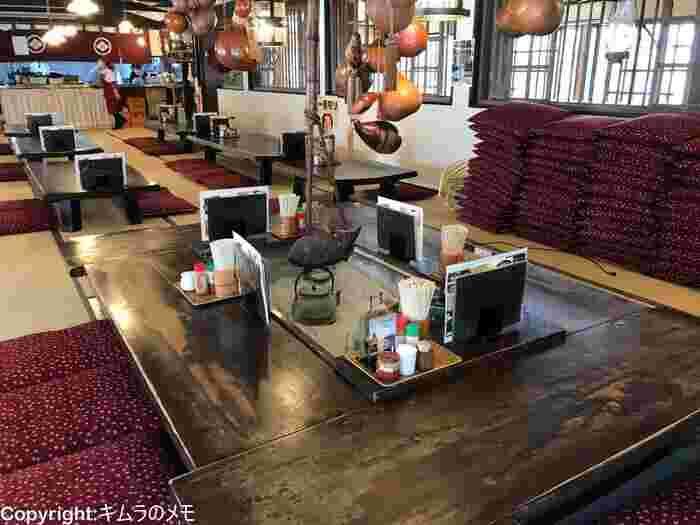 店内にはズラッとお座敷テーブルが並んでおり、伝統的かつ開放感のある空間はお一人様でも気兼ねなく入ることができますよ。そんな空間でいただく、熱々のほうとうはまさに最高の一言!