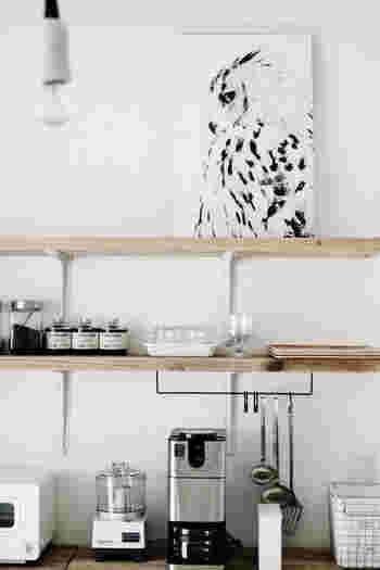 同じモノトーンのポスターでも、テイストが違うとスタイリッシュな雰囲気に。 こちらはニトリで購入されたそう! フクロウのクールな雰囲気が、キッチン雑貨をよりオシャレに見せてくれます。