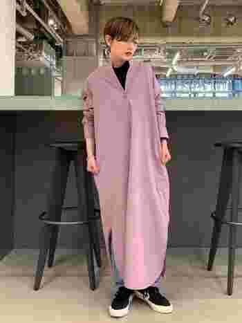 くすみピンクのバンドカラーワンピースを、カジュアルなアイテムと合わせてシックな雰囲気に。ボタンを外してラフさを出すと、こなれた着こなしになりますね。