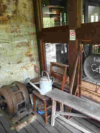 店先にさり気なく置かれている古道具も、古民家カフェの雰囲気の良さを醸し出してくれていますよ。
