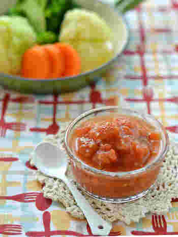 小さ目のトマトを潰して、トマトケチャップとオリーブオイルを合わせたソースです。隠し味にオレガノを加えることで、より風味がUPします。キャベツや人参、じゃがいもなどの温野菜にかければ、ミネストローネのような味わいを楽しむことが出来そうです。