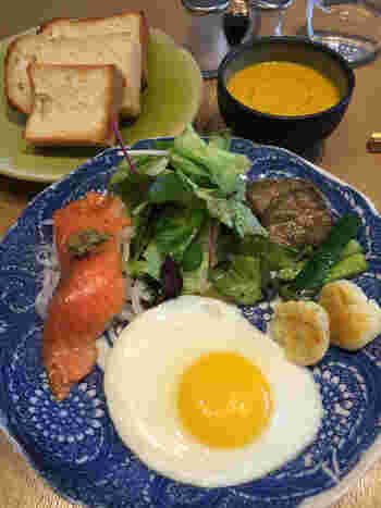 目玉焼きやサラダなどがついたモーニングプレートはなんとパンのほか、ごはんのセットもあるんです!ほかに、クロックマダムやグラノーラ、365日の食パンを使ったフレンチハニートーストなども人気があります。