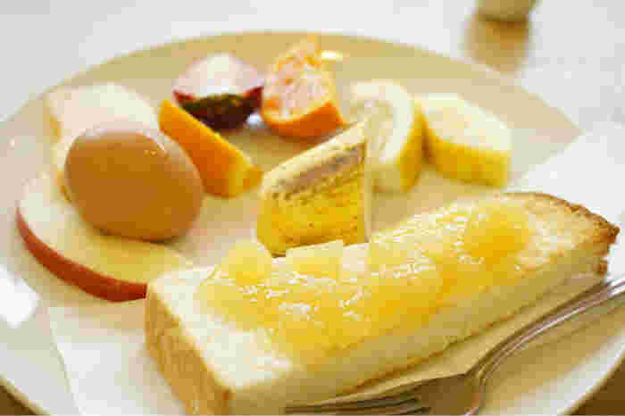 「トップフルーツ八百文(やおぶん)」は新鮮なフルーツを販売している青果店。フルーツジュースを提供するカフェスペースがあり、モーニングタイムはジュースを注文するとフルーツ盛り合わせがついてきます。ドリンクに、カットフルーツ・トースト・ゆで卵が付いてくるモーニングプレートもおトクでおすすめ◎。トーストにもジャムが塗られていて、フレッシュなフルーツを朝からたっぷり味わうことができます。