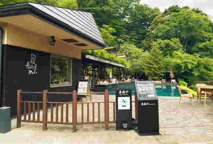 修善寺から車で約20分、「ベーカリー&テーブル東府(とうふ)や」は、伊豆最古の温泉と言われる吉奈温泉にあるホテルの敷地内にあるベーカリーショップです。緑に囲まれたロケーションに、心が癒されそう。
