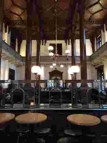 三菱一号館美術館の中にある「Cafe 1894」は、明治時代に銀行営業室として利用されていた場所を復元したクラシカルな雰囲気が魅力的。