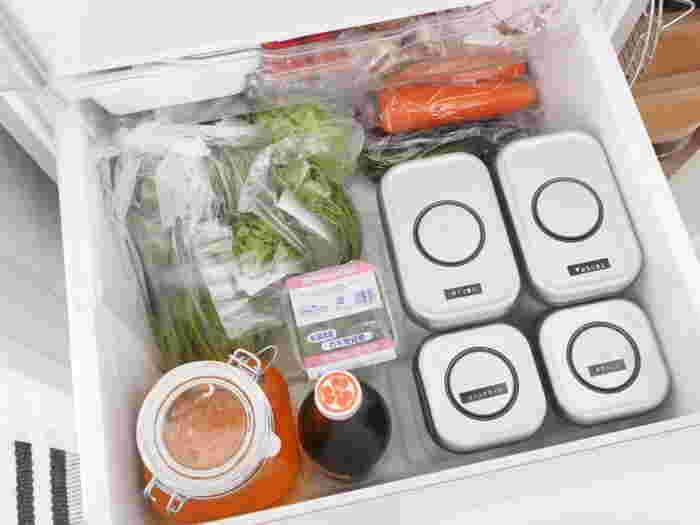 お野菜は透明なポリ袋に入れて保存しておくと、ひとつずつすっと取り出すことができますね。できるだけ重ならないようにしまうようにしましょう。