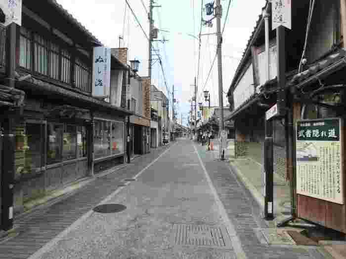 黒壁スクエアは、滋賀県長浜市の旧市街にあるエリアです。江戸から明治にかけての和風建築が立ち並ぶ街並みは、歩いているとタイムスリップしたような気分に。大阪からはJR東海道本線で約1時間40分。車では1時間20分ほどのところにあります。