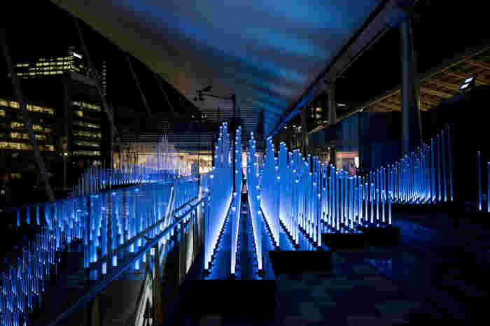 青色を基調とした幾本ものライトによって、グランルーフは、近未来的な空間へと変貌します。Tokyo Colorsでは、まるでSF映画の舞台となっている近未来にタイムスリップしたような錯覚を感じることができます。