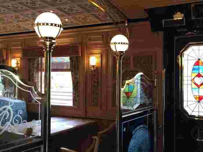 海外の街の電灯のようなクラシカルな灯りやカラフルなステンドグラス、列車とは思えない贅沢な装飾で彩られています。