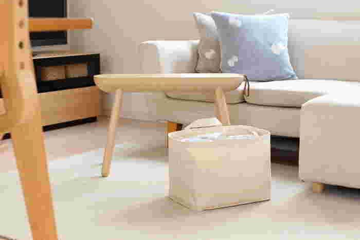 つい使いっぱなしにしがちな、ひざ掛けやタオルケットも、軽くたたんでポイっと簡単に片付けられます。床に無造作に置いておいても気にならない、そのシンプルさが魅力。