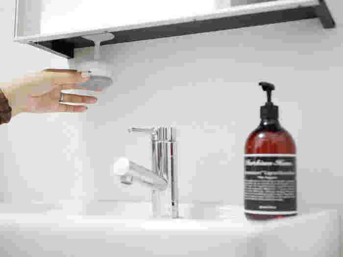 吸盤がセットになっていて、スポンジの真ん中にある穴にさして収納できます。掃除グッズは生活感が出がちですが、見えない部分に取り付ければすっきり!洗顔や歯磨きのついでに掃除すると、簡単に綺麗を保てます。