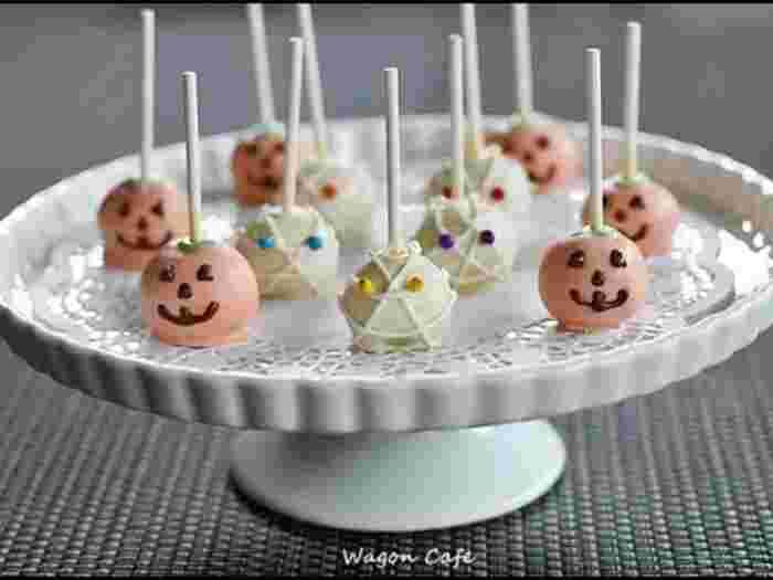 こちらは、中身が手作りパンプキンケーキという、ちょっとだけ料理慣れしている方向けのレシピ。食べたら中身がカボチャ色!それもまた、ステキなサプライズになりそう。ポップでカラフル、かわいい雰囲気にデコレーションすれば、きっと子どもも笑顔いっぱい!