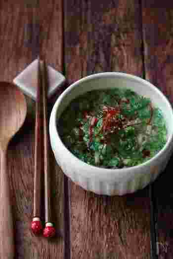 大根めし、ブリの竜田揚げにプラスしたい副菜が小松菜がたっぷり入った食べ応えのある「たっぷり小松菜の翡翠ごまスープ」です。見た目も美しく栄養価も高いスープは中華風味で大根めしとの相性も抜群です。春雨も入っているので体調がすくれず食欲がないとき、このスープをいただくだけで栄養を摂取することができますよ。