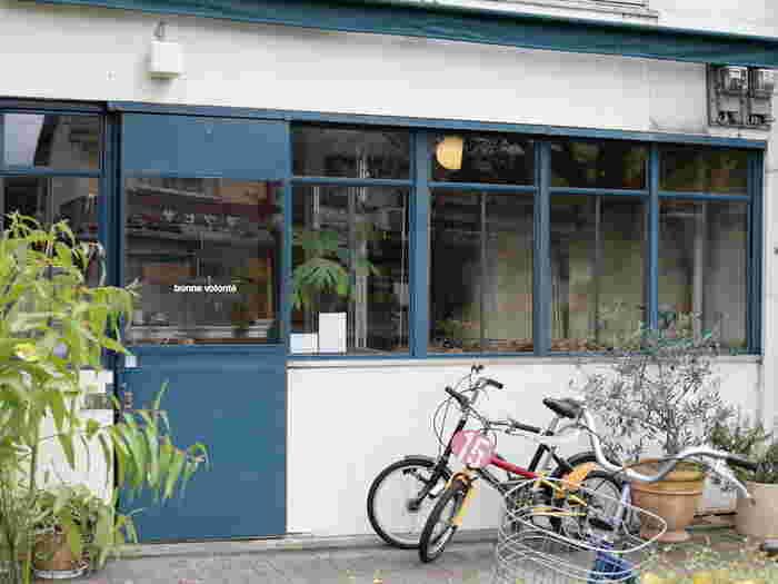薪釜で全てのパンを焼いてる『bonne volonte(ボン ボランテ)』。白い壁に青い扉、という北欧の街角にあるような外観が印象的です。