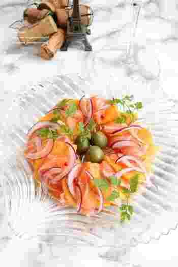 サーモンの塩味と柿の甘みがクセになるカルパッチョ仕立ての一皿。ポイントは柿を5mm程度薄めにカットすることです。薄めに切ることで口の中で一体感が生まれます。