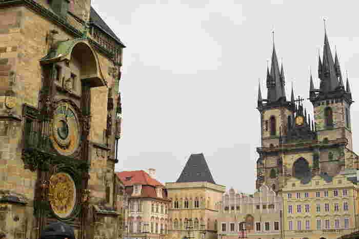 プラハの顔と言われている旧市街広場には、美しい時計塔が。ゴシックやルネサンスなど様々な様式で作られた建築が建ち並び、プラハの建築の歴史を体感することができる場所です。