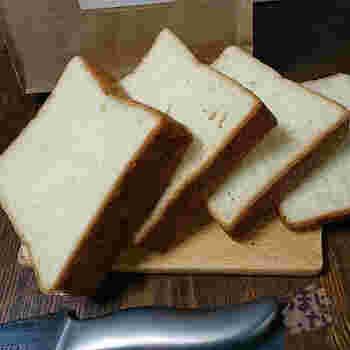 切りたての角型リッチ。バターの香りがふわり香る上質な食パンは、さすがブレッドカフェが贈る食パン専門店!サンドイッチやトースト、コンフィチュールとの相性も抜群です。